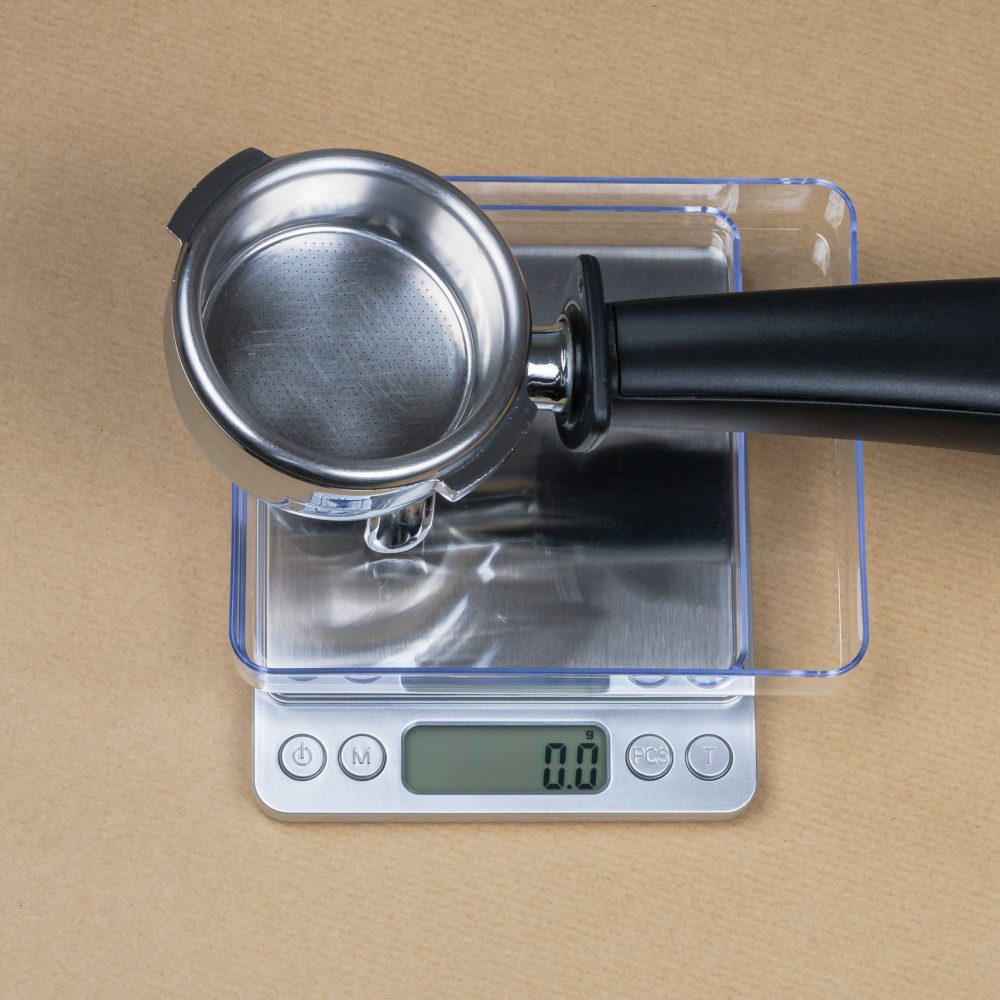 Pocket coffee scale with portafilter on